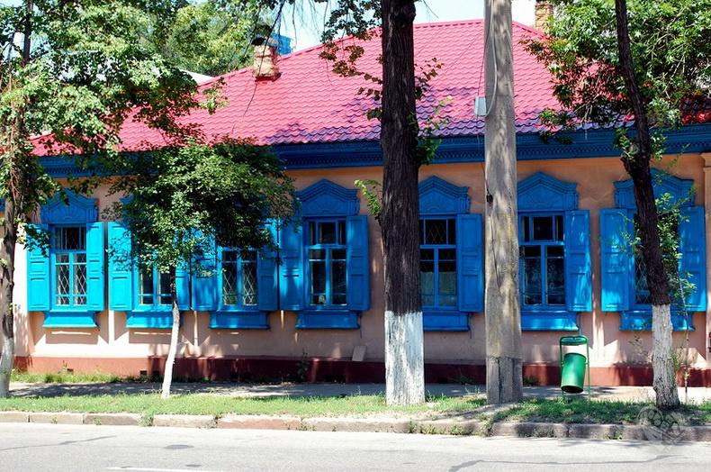 Старый дом со ставнями,по Толе Би (Комсомольской), перед Пушкина.