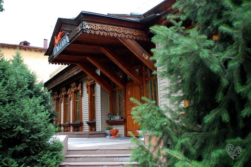 Дом купца Гаврилова. На Желтоксан(Мира)-Курмангазы. В здании долгое время размещалось Министерство иностранных дел. Дом построен на рубеже 19-20 века.