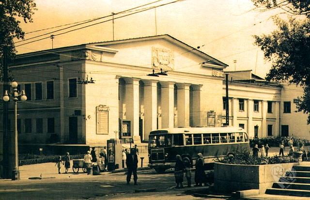 """Старый Тюз,на проспекте Коммунистическом-Калинина,сейчас тут стоит """"Столичный центр""""."""