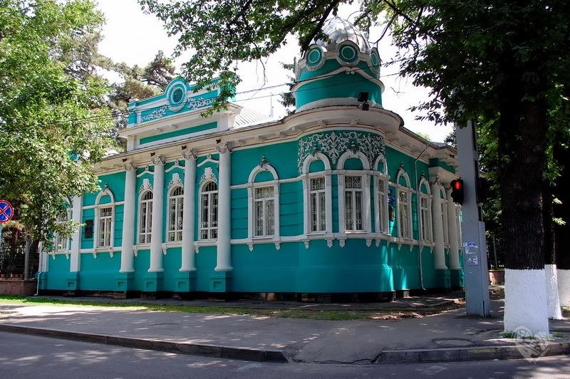 Начну с дома Головизина,который приблизительно был построен в 1905-1908 г, находится он на улице Фурманова угол Курмангазы.