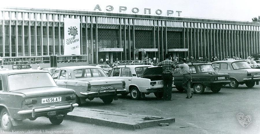 Старый аэропорт,на фото видно весь советский автопром).