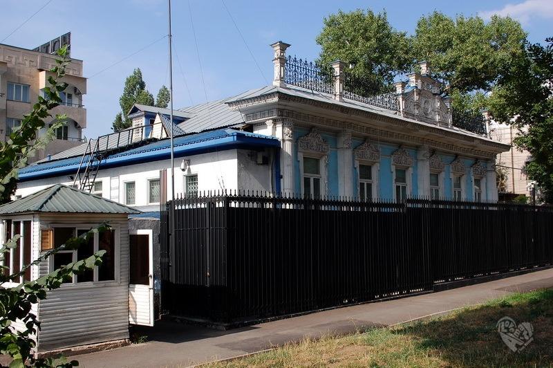 Жилой дом купца Шахворостова. На улице Айтеке би (Октябрьская) и Фурманова. Дом построен в конце 19-века.