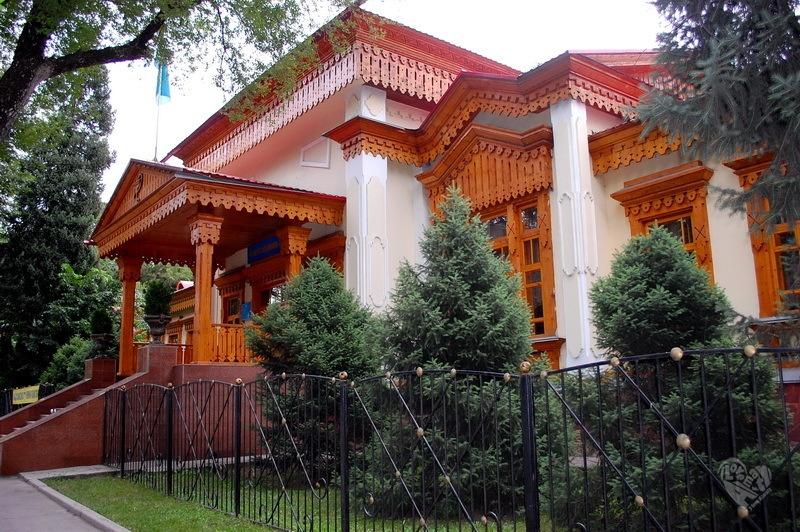 Детский приют,ныне медицинский колледж на Кабанбай Батыра(Калинина)-Наурызбай Батыра(Дзержинского), построен в 1892 г. Архитектор П.В.Гурдэ.