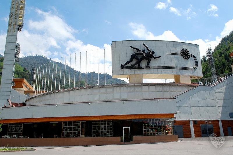 Медео Первоначально строительство «фабрики спортивных рекордов» началось осенью 1949 года. В 1972 году на его месте был построен высокогорный спортивный комплекс с искусственным льдом. 28 декабря 1972 года состоялось торжественное открытие катка.