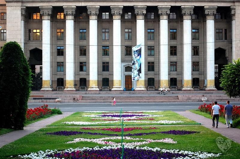 Старая площадь В 1957 году в Алма-Ате построено новое здание Дома правительства.