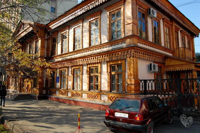Верненское городское училище.Улица Гоголя-Калдаякова(8-го Марта), построено в 1890 г. Архитектор П.В.Гурдэ.