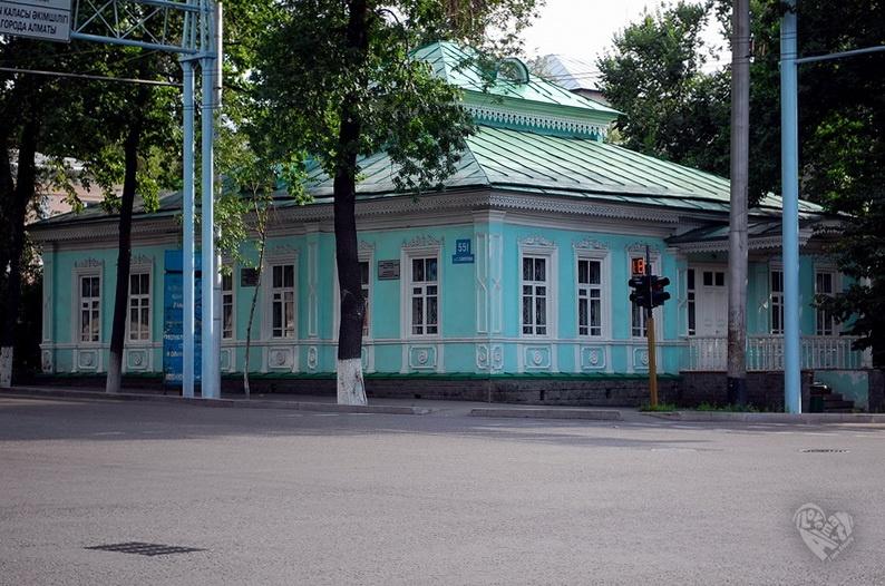 Дом на Сейфуллина-Богенбай Батыра(Кирова),построен в 1889 г. Архитектор П.В.Гурдэ.